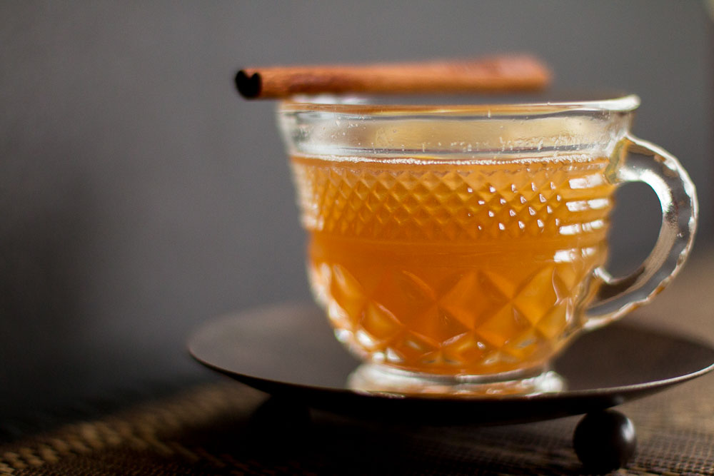The cinnamon tea and whisky create a beautiful looking golden color