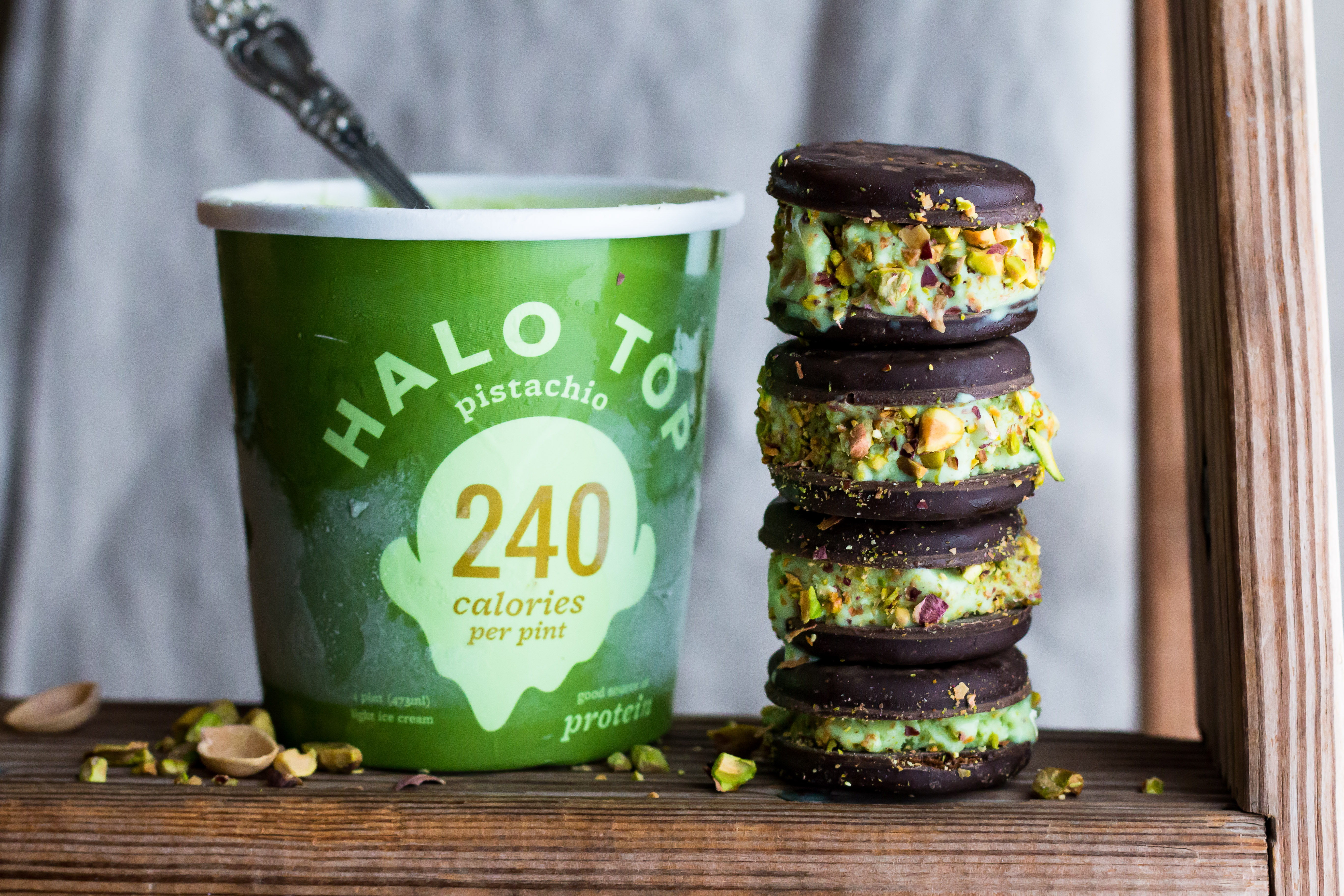 These Pistachio Ice Cream Sandwiches with Thin Mint Cookies are the perfect delicious and lower calorie miniature dessert. | www.megiswell.com